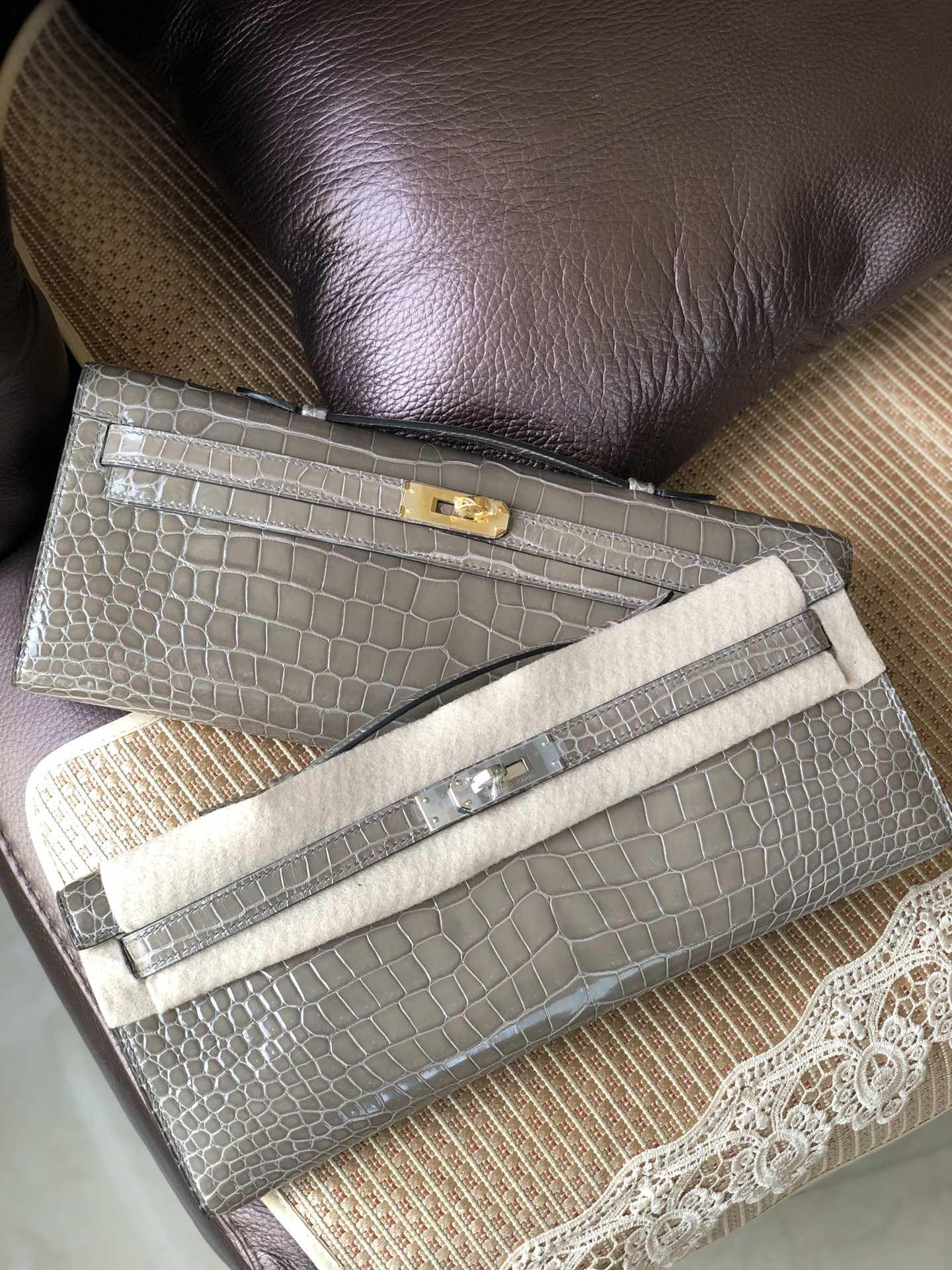 Stock Hermes CK81 Gris T Shiny Crocodile Kelly Cut Clutch Bag Gold/Silver Hardware